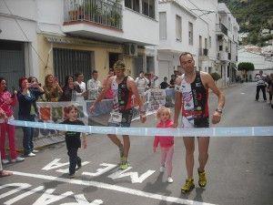 Miguel y Antonio Santos Orihuela en su entrada en meta