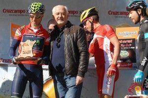 El alcalde de Ubrique, Manolo Toro, entregando un recuerdo de la localidad a Alejandro Valverde