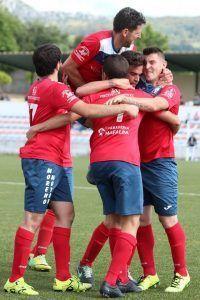 jugaores celebrando gol