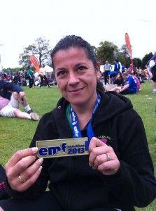 Ana Pan con la medalla de 'finisher' del Maratón de Edimburgo