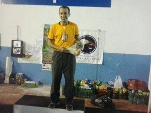 Juan de Dios Mateos con su trofeo de las 24 horas Solidarias de la Breña Extreme