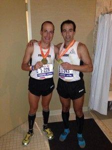 Francisco Pazo y Juan de Dios Mateos, con las medallas del Maratón de Nueva York