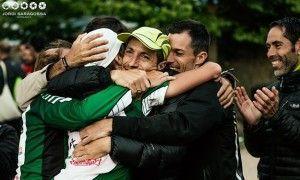 Francisco Pazo se abraza a otros componentes de la selección andaluza