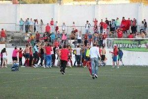 Jugadores y aficionados del Ubique UD celebran el ascenso en Alcalá