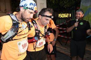 Entrada en meta de Antonio Santos Orihuela, ayudado por sus compañeros
