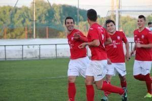 Jugadores celebran gol